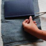 از بالای عطف دفترچه یک تکه پارچه جدا کنید