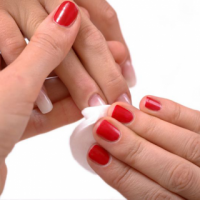 استفاده از آستن بهتر است یا پدهای لاک پاک کن؟