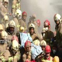 دانلود فیلم لحظه خارج کردن پیکر آتش نشانان شهید از زیر آوار پلاسکو