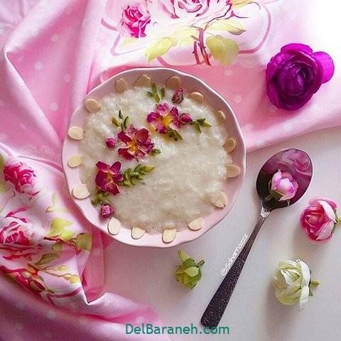تزیین شیر برنج با گل محمدی و بادام و پسته
