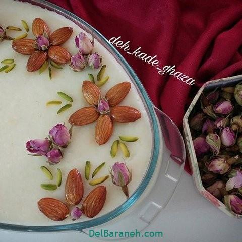 تزیین شیر برنج با بادام و گل محمدی