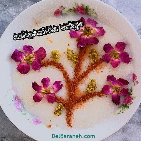 تزیین شیر برنج با دارچین و گل محمدی